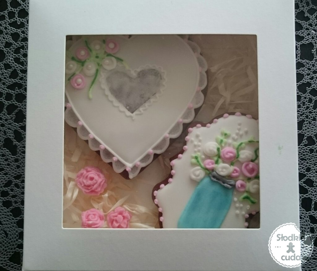Ślubne ciasteczka i pierniczki jako forma podziękowania dla gości lub prezent dla pary młodej jako załącznik do kwiatów